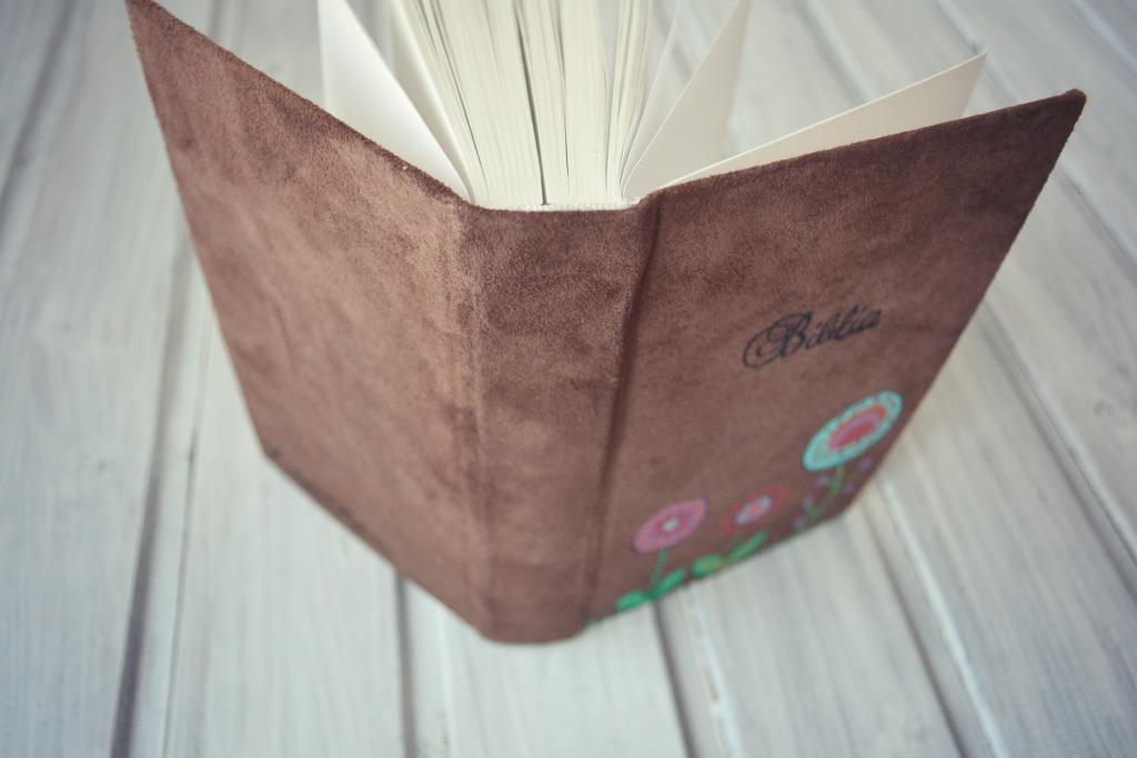 biblie coperta piele intoarsa flori2.JPG
