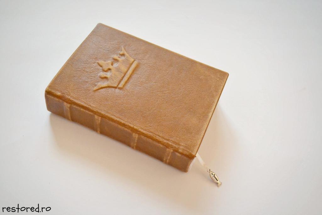 biblie-piele-coroana-imparateasca1